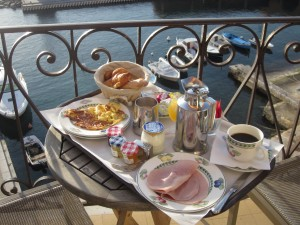 Ahhhh... now THIS lovely breakfast-on-the-balcony (at the charming Hotel Welcome in lovely Villefranche-sur-Mer) says France to me! I need to think of scenes like these when I start stressing and obsessing about my upcoming move.